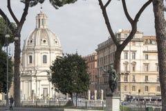 Туристы идут на квадрат и около imreror Trajan памятника Стоковые Фотографии RF