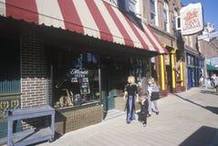 Туристы идя вниз с исторической улицы Beale, Мемфиса, TN стоковая фотография