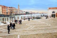 Туристы идя в Венецию Стоковая Фотография