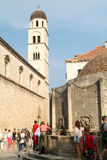 Туристы идя на известную улицу Placa на Дубровнике Стоковое фото RF
