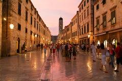 Туристы идя на известную улицу Placa на Дубровнике Стоковые Фото