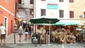 Туристы идя на рынок в Rovinj акции видеоматериалы