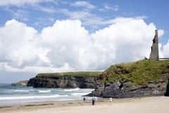 Туристы идя пляж Стоковые Изображения RF