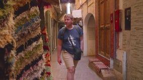 Туристы и locals идут на рынок в Tanger lloking для товаров и suvenirs видеоматериал