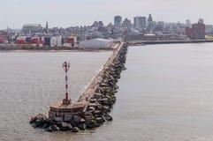 Туристы и locals наслаждаясь пристанью Монтевидео Стоковые Фото