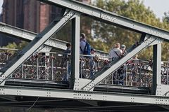 Туристы и Lovelocks на Eiserner Steg, мосте в Франкфурте, Германии Стоковые Фото