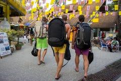Туристы как раз приезжали в город Krabi и идут вдоль улицы в поисках воссоздания hotelfor стоковая фотография