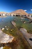 Туристы купая в горячем бассейне Поле гейзеров El Tatio Область Антофагасты Чили Стоковое Изображение RF