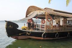 Туристы курсируя на плавучем доме река подпоров на Ko Стоковая Фотография RF