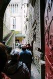 Туристы к входу в аббатство St Michael Стоковая Фотография RF