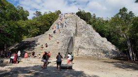 Туристы к пирамиде Coba стоковое изображение rf