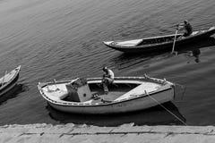Туристы лодочника ждать на ghaat assi стоковая фотография