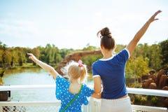 Туристы матери и дочери радуясь пока курсировать реки стоковые изображения