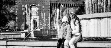 Туристы матери и ребенка около флага замка Sforza поднимая Стоковые Фотографии RF