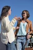 Туристы молодых дам имеют стоп на мосте в Санкт-Петербурге, России и обсудить более дальнеиший осмотр достопримечательностей стоковое изображение rf