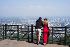 Туристы наблюдая вид на город Стоковое Изображение
