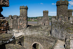Туристы наблюдая реку от башни замка Conwy Стоковая Фотография