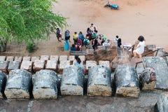 Туристы наслаждаясь взглядом Bagan от вершины Shwesandaw p Стоковая Фотография