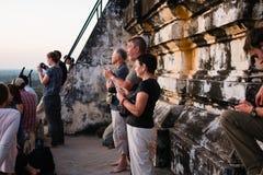 Туристы наслаждаясь взглядом Bagan от вершины Shwesandaw p Стоковое Изображение RF
