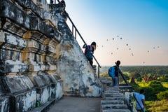 Туристы наслаждаясь взглядом Bagan от вершины Shwesandaw p Стоковая Фотография RF