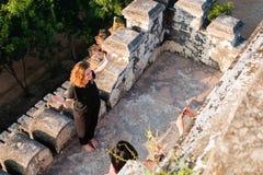 Туристы наслаждаясь взглядом Bagan от вершины Shwesandaw p Стоковые Изображения
