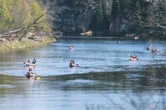 туристы наслаждаясь водными видами спорта, сплавляться - винтажный взгляд фильма Стоковые Изображения RF