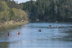 туристы наслаждаясь водными видами спорта, сплавляться - винтажный взгляд фильма Стоковая Фотография