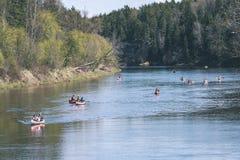 туристы наслаждаясь водными видами спорта, сплавляться - винтажный взгляд фильма Стоковое Изображение