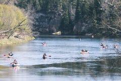 туристы наслаждаясь водными видами спорта, сплавляться - винтажный взгляд фильма Стоковая Фотография RF