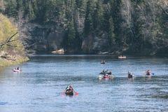 туристы наслаждаясь водными видами спорта, сплавляться - винтажный взгляд фильма Стоковые Фото