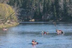 туристы наслаждаясь водными видами спорта, сплавляться - винтажный взгляд фильма Стоковое Изображение RF