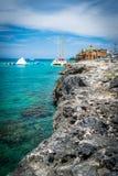 Туристы наслаждаясь деятельностями при батута воды на солнечный летний день на тропическом карибском острове стоковые изображения