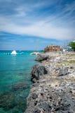 Туристы наслаждаясь деятельностями при батута воды на солнечный летний день на красивом тропическом карибском острове стоковое изображение rf