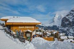 Туристы наслаждаясь красивым зимним днем в Murren, Швейцарии стоковые фотографии rf
