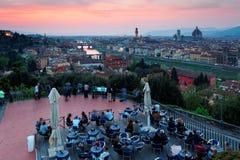 Туристы наслаждаясь панорамным взглядом от Piazzale Микеланджело придают квадратную форму над старым городком Флоренсом стоковое изображение rf
