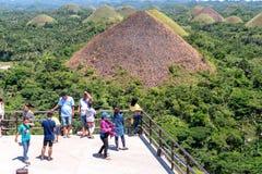 Туристы наслаждаясь холмом шоколада, островом Bohol, Филиппинами 23-ье апреля 2018 стоковые фотографии rf