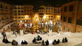 Туристы наслаждаясь взглядом от испанского языка шагают в Рим к ноча стоковые фотографии rf
