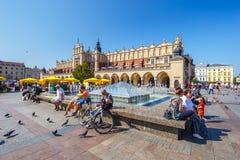 Туристы наслаждаясь летним днем в грандиозной центральной площади перед ренессансом s Стоковая Фотография