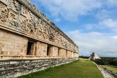 Туристы наслаждаясь пасмурным днем на руинах Uxmal в Мексике Стоковые Фото