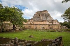 Туристы наслаждаясь пасмурным днем на руинах Uxmal в Мексике Стоковые Фотографии RF