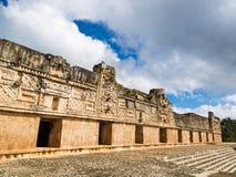 Туристы наслаждаясь пасмурным днем на руинах Uxmal в Мексике Стоковое Фото