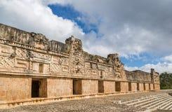 Туристы наслаждаясь пасмурным днем на руинах Uxmal в Мексике Стоковое фото RF