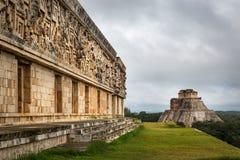 Туристы наслаждаясь пасмурным днем на руинах Uxmal в Мексике Стоковые Изображения RF