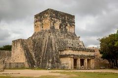 Туристы наслаждаясь пасмурным днем на руинах Uxmal в Мексике Стоковая Фотография