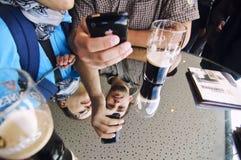 Туристы наслаждаясь пивом Гиннесса Стоковое Изображение