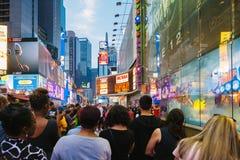 Туристы наслаждаясь представлением в квадрате времени, Нью-Йорке Стоковое Изображение