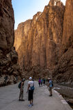 Туристы начинают их прогулку через пышное ущелье Todra в Марокко Стоковое Фото