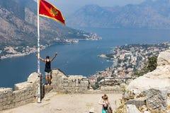 туристы на верхней части горы сфотографированы против фона видов на город, редакторов Стоковые Фото