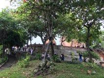 Туристы на виске Cham Ponagar возвышаются в Nha Trang, Вьетнаме Стоковые Изображения RF