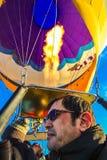 Туристы на горячей прогулке на воздушном шаре стоковые фотографии rf
